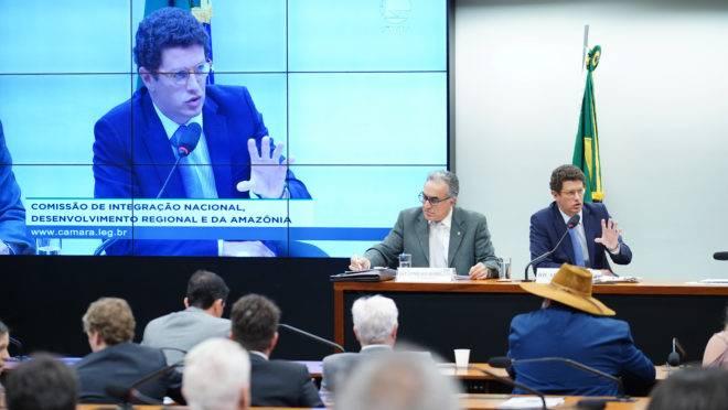 O ministro do Meio Ambiente, Ricardo Salles (à direita), em audiência na Câmara sobre o Fundo Amazônia. Ao lado dele, o deputado Edmilson Rodrigues (PSol-PA).