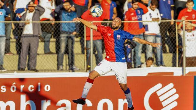 Lateral Éder Sciola está suspenso no Paraná contra o Vitória