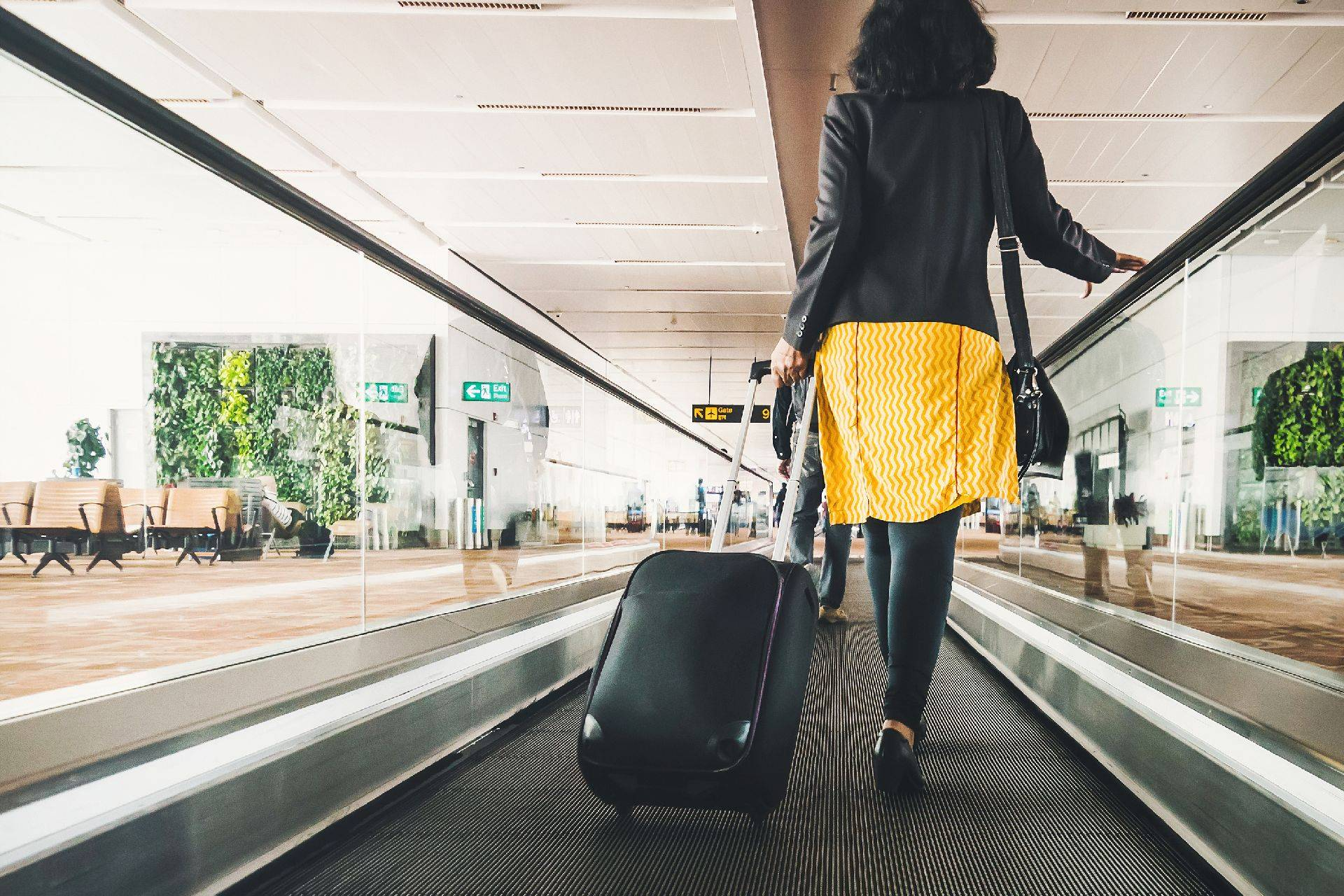 Mulher no aeroporto