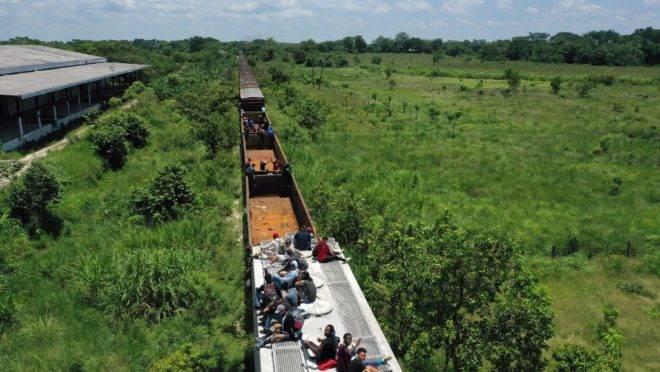 """Migrantes em um trem conhecido como """"The Beast"""" (A Fera) em Palenque, no estado mexicano de Chiapas, em 25 de julho de 2019. O cruzamento de fronteira ilegal por hondurenhos, salvadorenhos e guatemaltecos aumentou significativamente desde outubro, mas controles migratórios adiam o """"Sonho Americano"""" de famílias de migrantes"""