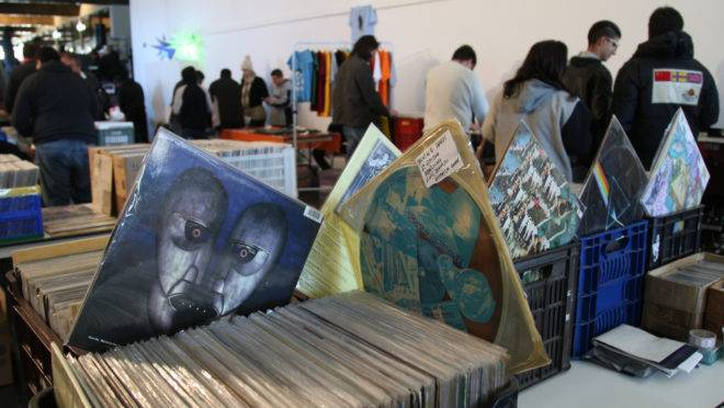 O Pátio da Capela Santa Maria recebe a Feira de Discos neste sábado (10) com produtos entre R$ 10 e R$ 100.