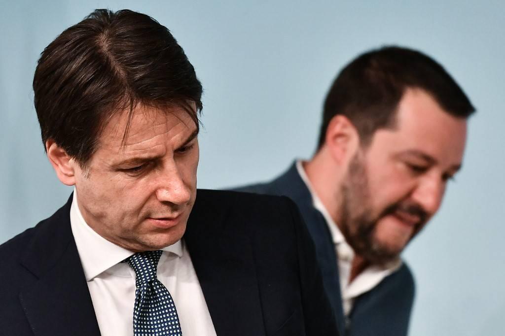O primeiro-ministro da Itália, Giuseppe Conte (à esquerda) e o ministro do Interior Matteo Salvini em coletiva de imprensa em Roma, em 14 de janeiro de 2019. Salvini defendeu nesta quinta-feira (8) a antecipação das eleições nacionais na Itália