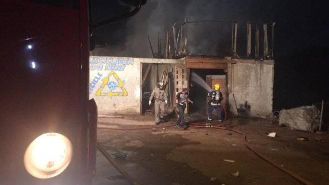 Grande quantidade de material inflamável no barracão prejudicou o trabalho dos bombeiros no incêndio na Vila Torres.