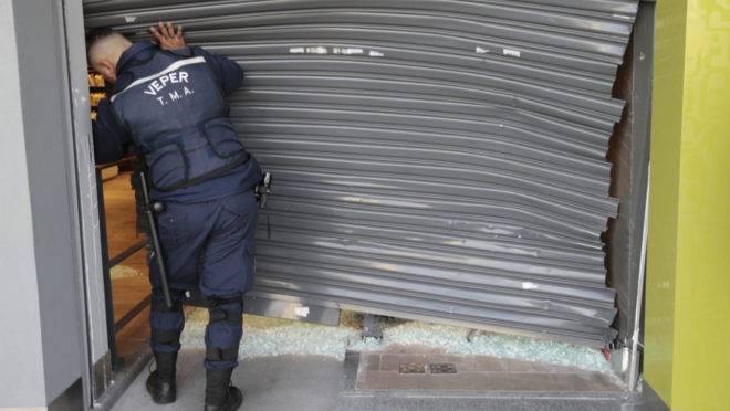 Ladrões quebraram a porta da loja de perfumes dando marcha ré no carro.