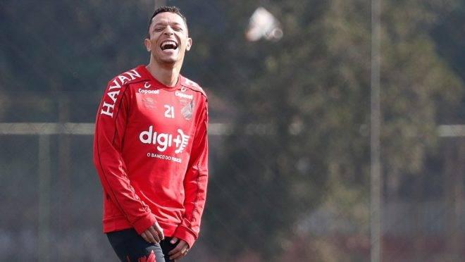 Adriano, lateral-esquerdo que retornou ao Brasil para atuar no Athletico.