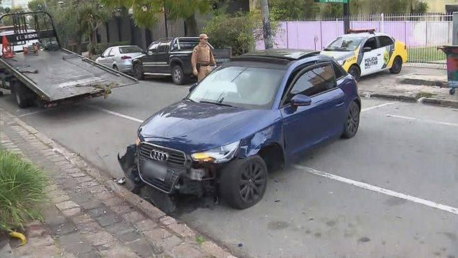 Após atingir carros estacionados, motoristas tentou registra boletim de ocorrência do roubo do próprio veículo.