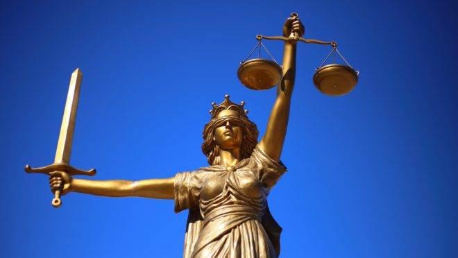 Proibição de publicidade para advogados no Brasil é prejudicial tanto para os profissionais quanto para o consumidor. PEC de Paulo Guedes pode mudar isso.