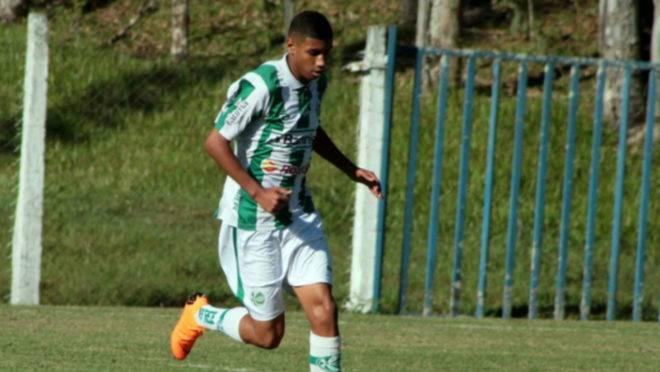 Zagueiro João Pedro fechou com o Athletico