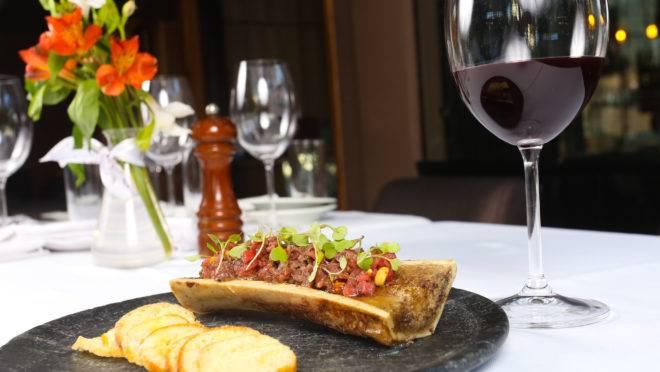 Carne Cruda, uma das novas entradas do Terra Madre – Carne crua picada, avelã tostada, alcaparras, azeitona, tutano e rúcula.