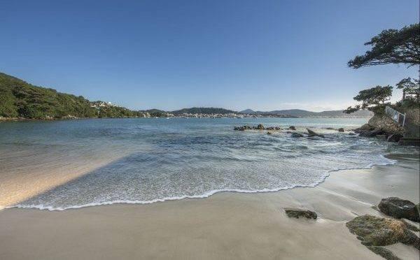 A Praia da Sepultura é um paraíso que integra as 39 praias do município de Bombinhas. Foto: Letícia Akemi/Gazeta do Povo