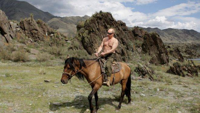 3 de agosto de 2009. vladimir Putin cavalga em suas férias em Kyzyk, sul da Sibéria