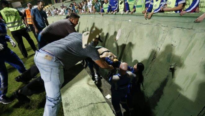 Foto: Torcedor é retirado do fosso do Couto pelos socorristas. Foto: Albari Rosa/ Gazeta do Povo