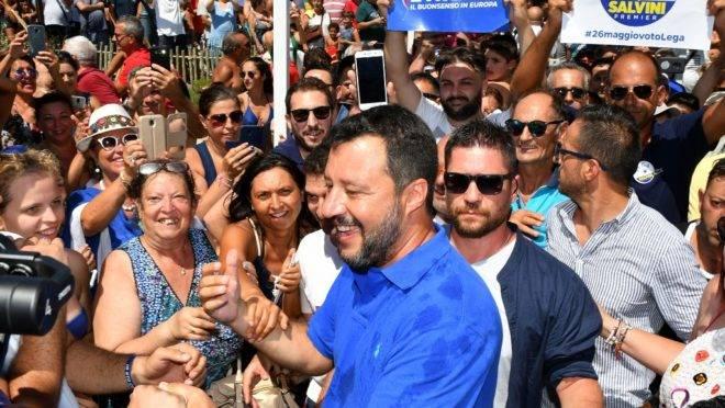 """O ministro do Interior e vice-premiê da Itália, Matteo Salvini, com apoiadores durante a sua campanha eleitoral """"Turnê de Verão na Itália"""", em Policoro, sul da Itália, 10 de agosto de 2019"""