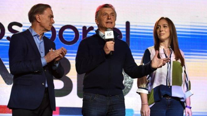 Presidente e candidato Maurício Macri, ao centro, ao lado da governadora de Buenos Aires, Maria Eugênia Vidal e do candidato à vice-presidência Miguel Pichetto
