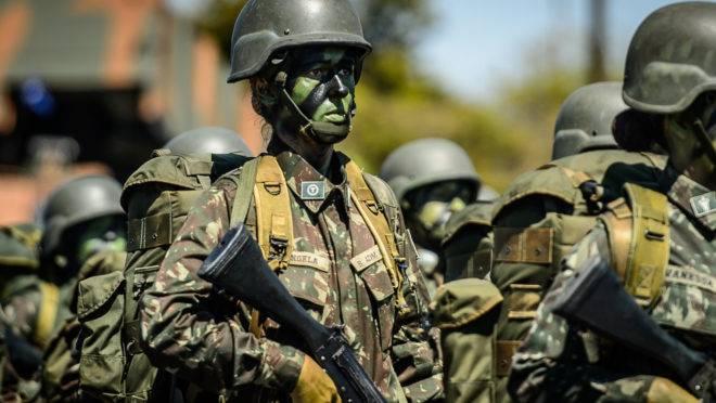 Tropa de militares camuflados.