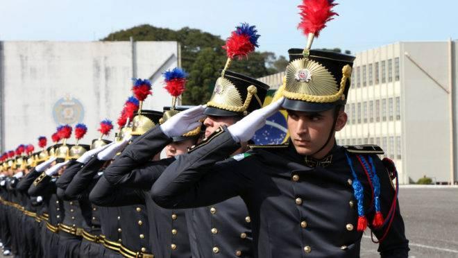 Cadetes do CFO passam em continência a Bandeira.