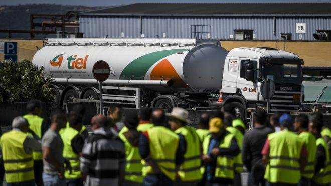 Motoristas de caminhões-tanque durante greve de caminhoneiros em Aveiras de Cima, Portugal, 12 de agosto de 2019