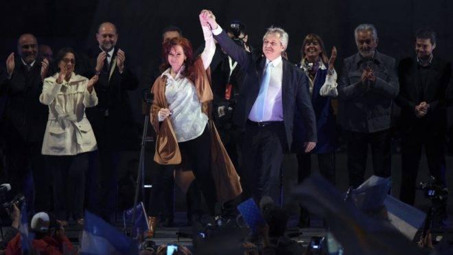 O candidato à presidência Alberto Fernández e a candidata à vice-presidência Cristina Kirchner, acenam a apoiadores durante comício de encerramento de campanha em Rosario, Santa Fé, 7 de agosto, antes das primárias de 11 de agosto de 2019