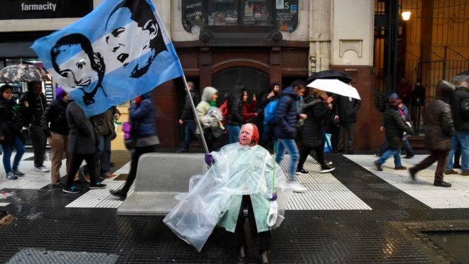 Manifestante argentina durante as primárias para presidente da República.