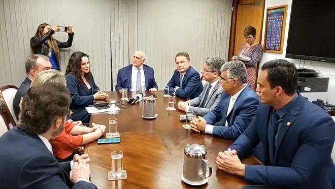 Senadores reunidos com Janaína Paschoal nesta terça-feira (13)