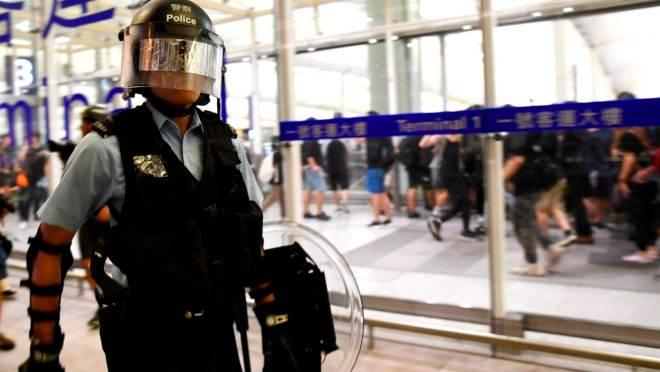 Policial faz segurança do aeroporto de Hong Kong após confronto com manifestantes