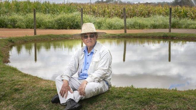 O pesquisador aposentado Luciano Cordoval de Barros, que foi homenageado com o Prêmio Fundação Bunge 2019, posa ao lado de uma barraginha. Projeto que ajuda a evitar erosões e proporciona irrigação de solos semiáridos marcou a vida do agrônomo e lhe rendeu inúmeras premiações.