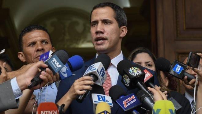 O presidente interino da Venezuela, Juan Guaidó, fala a jornalistas após sessão da Assembleia Nacional em Caracas, 13 de agosto de 2019