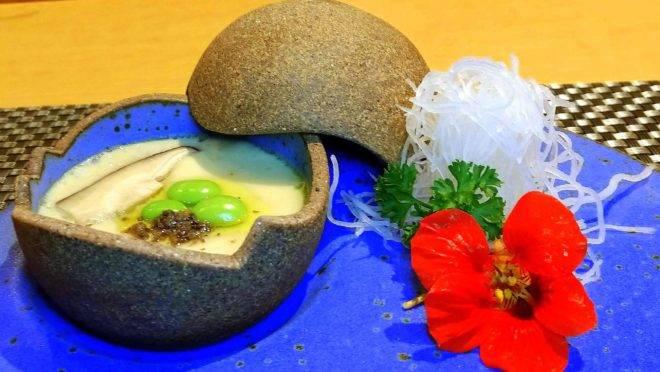 Chawanmushi, um dos saborosos pratos quentes do cardápio do Restaurante Aizu, que completa quatro anos.