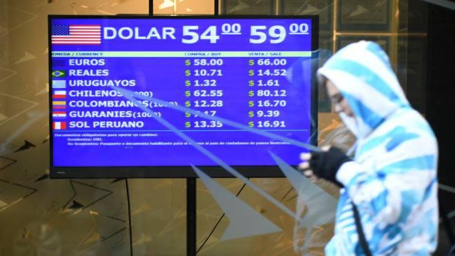 Casa de câmbio em Buenos Aires mostra as cotações das principais moedas comercializadas na Argentina