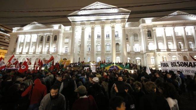 Ato em defesa das universidades federais e contra a Reforma da Previdência em Curitiba