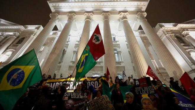 Ato em Curitiba contra bloqueios no orçamento da educação e contra a reforma da Previdência.