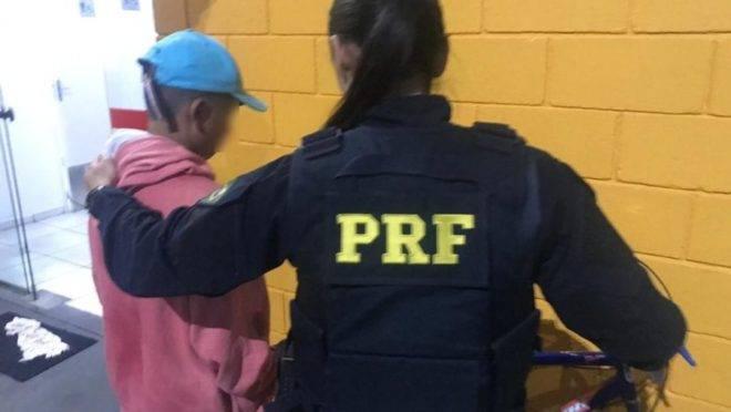 Funcionários da concessionária viram o menino sozinho na BR-116 e acionaram a PRF.