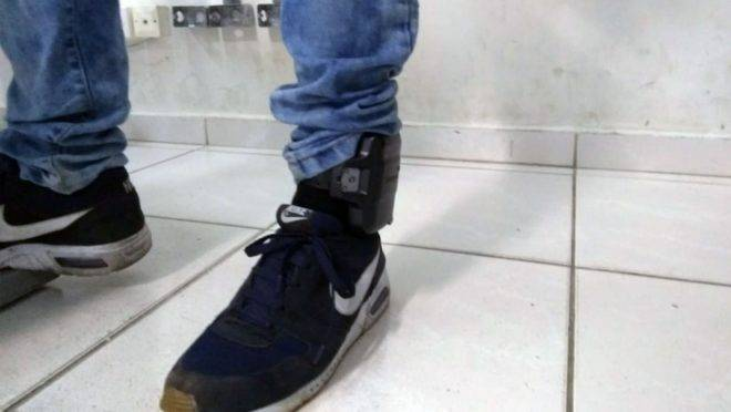 Tornozeleira eletrônica na perna do rapaz preso após assalto