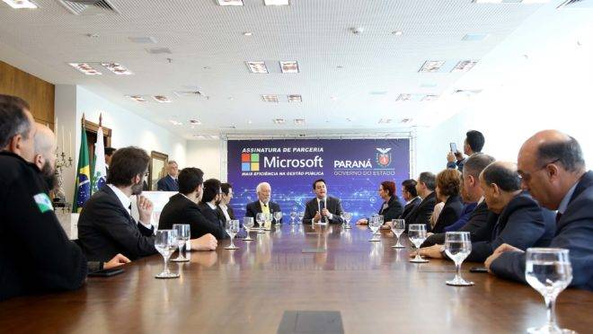 Ratinho Junior assina parceria com Microsoft