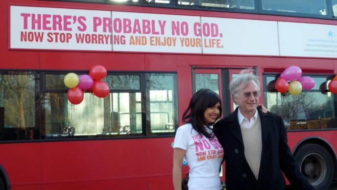 """Ariane Sherine e Richard Dawkins no lançamento da campanha do """"ônibus ateísta"""", em Londres, em 2009."""