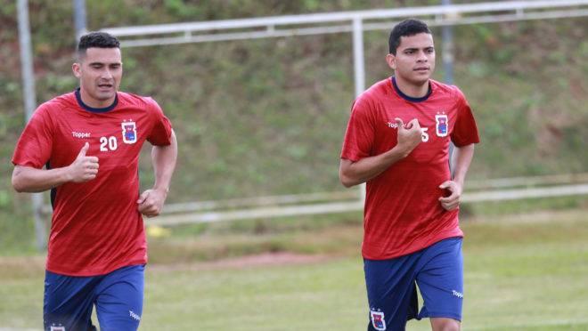 Bruno Rodrigues (à direita) volta ao time do Paraná após se recuperar de lesão