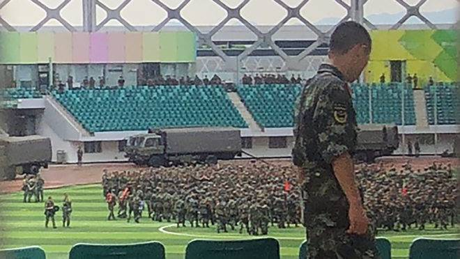 Milhares de militares chineses realizaram treinos em um estádio no sul da China