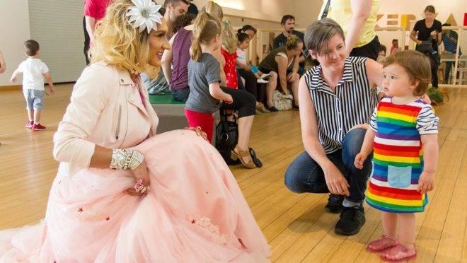 Hora da Drag Queen: nos principais centros urbanos dos Estados Unidos, drag queens leem contos para crianças em idade pré-escolar.