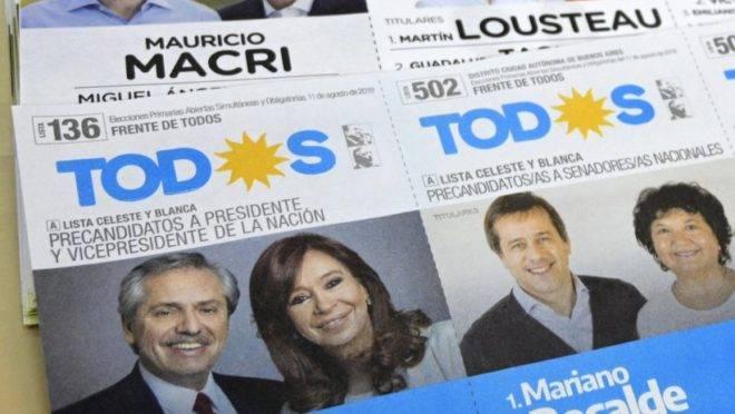 Cédulas de voto do partido Juntos por o Cambio (no alto), do presidente Mauricio Macri e seu companheiro de chapa Miguel Angel Pichetto, e do partido da oposição Frente de Todos, de Alberto Fernandez e sua companheira de chapa, a ex-presidente Cristina Fernández de Kirchner