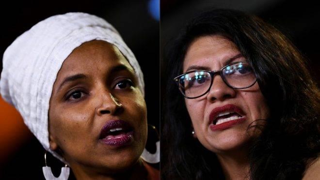 As deputadas americanas do Partido Democrata Ilhan Abdullahi Omar (à esquerda) e Rashida Tlaib