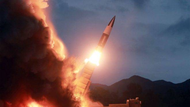 Foto divulgada pela agência de notícias estatal da Coreia do Norte KCNA, em 11 de agosto, mostra o teste de lançamento de uma nova arma em um local não revelado na Coreia do Norte