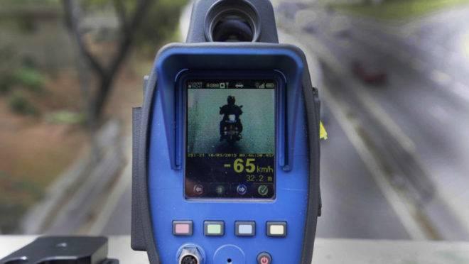 Radar móvel mede velocidade de moto.