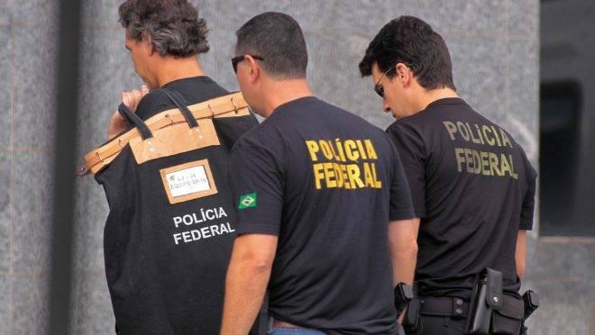 Policiais federais durante fase da Operação Lava Jato.