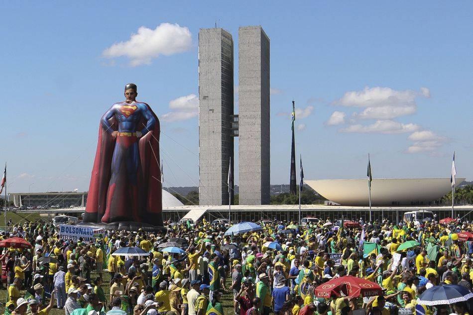 Boneco inflável de 20 metros de Sergio Moro vestido como Super-Homem.