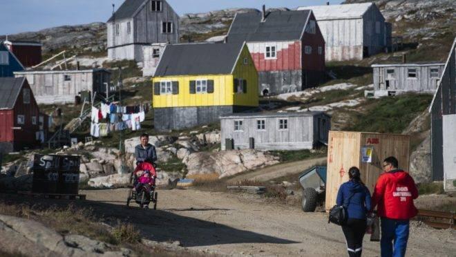 Residentes de Kulusuk, na Groenlândia, 16 de agosto de 2019. A Groenlândia não está à venda, disse o governo da ilha rica em minérios nesta sexta-feira, após um jornal relatar que Donald Trump estava perguntando a assessores se era possível para os EUA comprarem a ilha