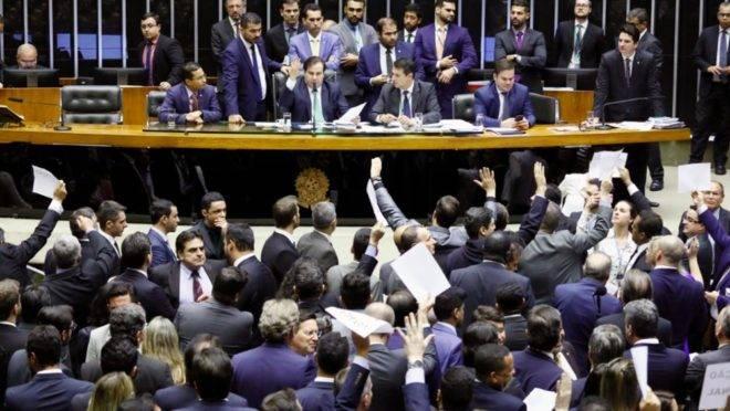 Votação por orientação partidária foi contestada por deputados.