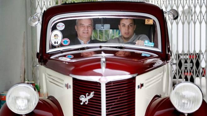 Pai e filho fortaleceram laços a partir da paixão por carros antigos. Foto: Felipe Rosa /  Tribuna do Paraná