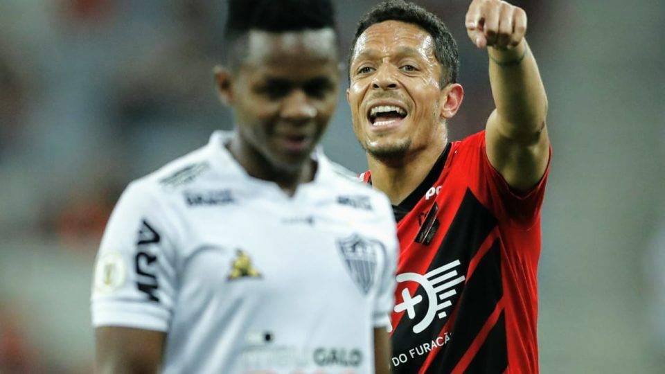 """""""Respeito o  Coritiba, mas sou profissional"""", diz Adriano sobre estreia no rival Athletico"""