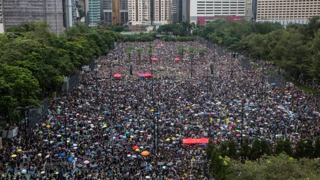 Multidão se reúne em praça de Hong Kong, neste domingo, 18 de agosto. Apesar do aumento da repressão por parte do Partido Comunista Chinês, os protestos não perdem fôlego.