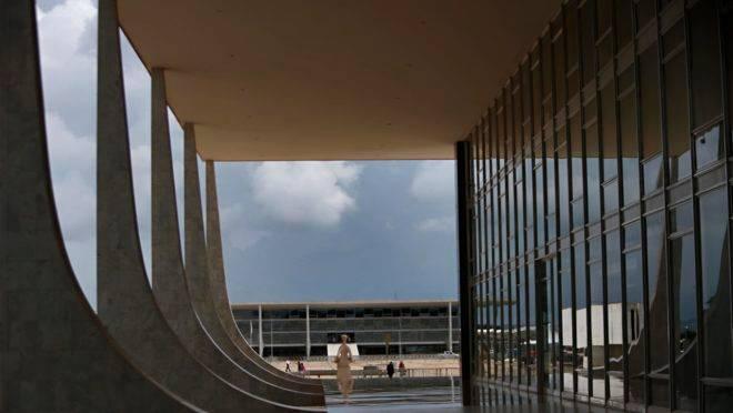 O Palácio do Planalto (ao fundo), visto a partir da sede do Supremo Tribunal Federal (em primeiro plano), em Brasília.